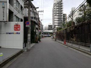 現代仏壇のお店の前